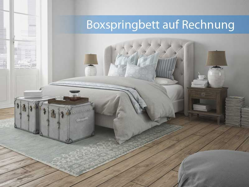 Boxspringbett auf Rechnung in mit Parkett ausgelegtem Schlafzimmer
