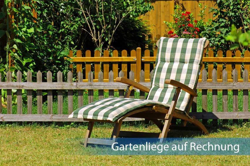 Gartenliege auf Rechnung aus Holz im Garten aufgestellt