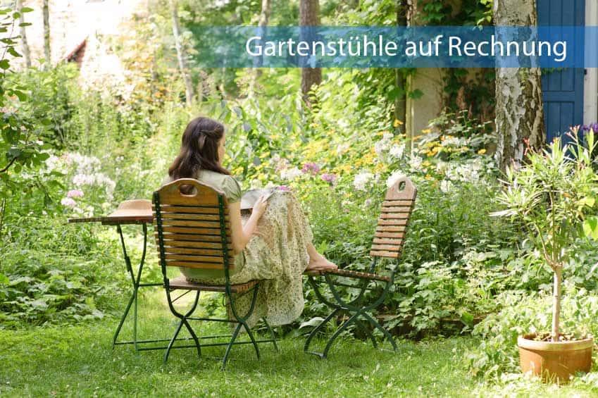 Gartenstühle auf Rechnung aus Holz im idyllisch grünen Garten