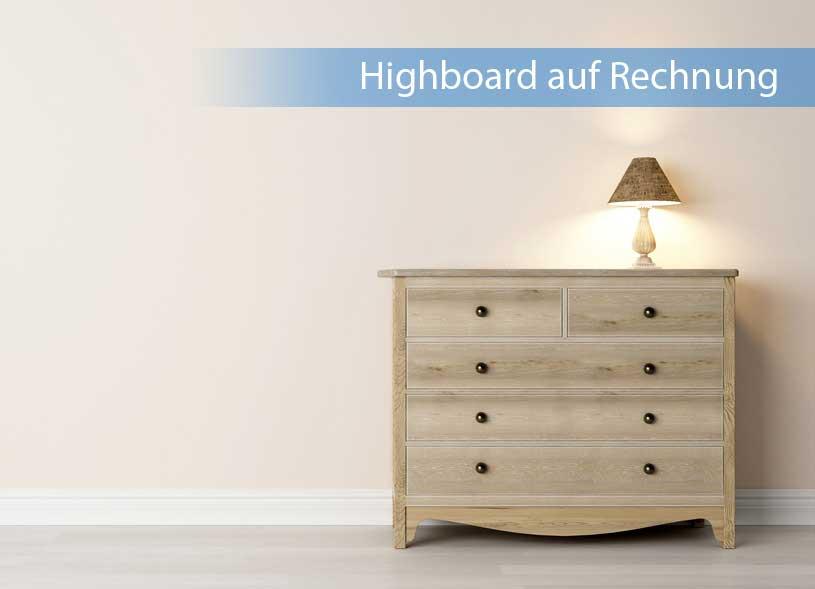 Highboard auf Rechnung in heller Holzfarbe an Wand