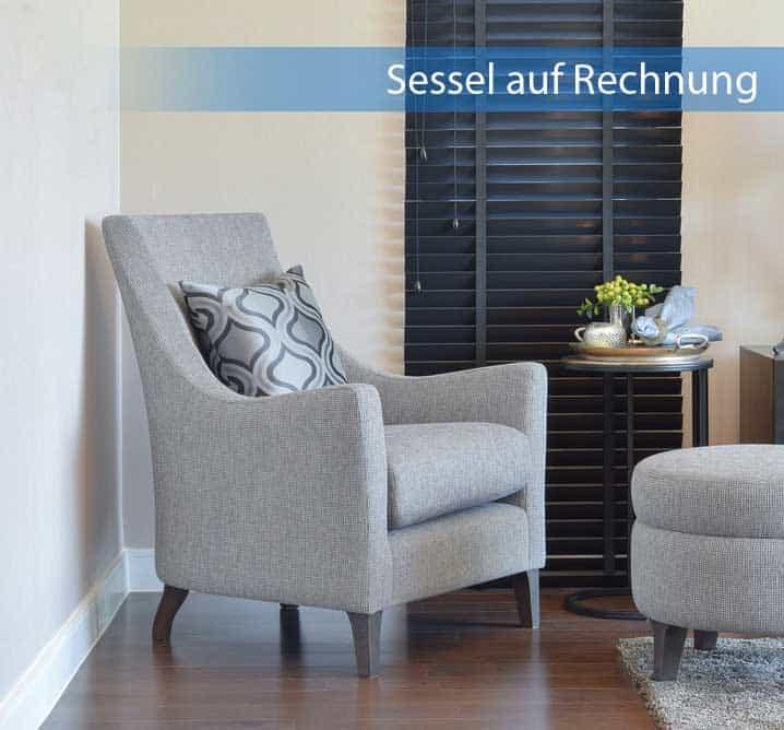Beiger Sessel auf Rechnung im Wohnzimmer