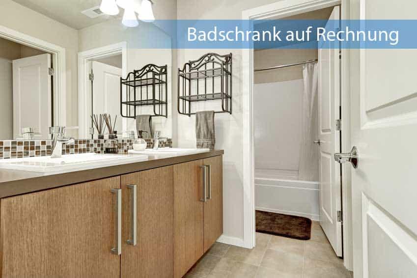 Badschrank auf Rechnung aus dunklem Holz mit viel Stautraum im Badezimmer