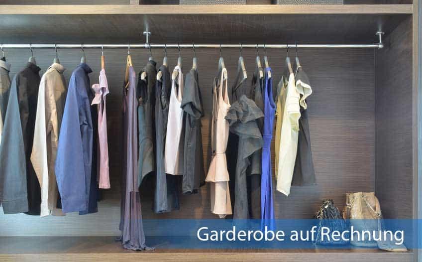 Garderobe auf Rechnung mit vielen Kleidungsstücken und Handtaschenablage