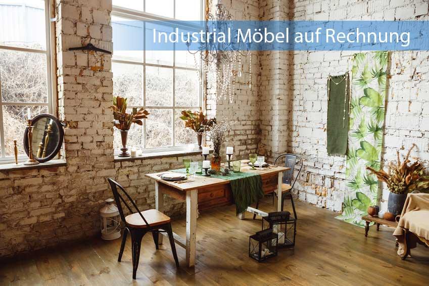 Industrial Möbel auf Rechnung in Zimmer mit dunklem Parkett und Ziegelsteinwand