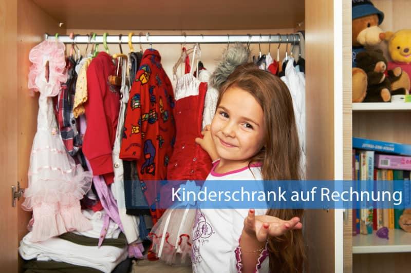Kleines Mädchen steht vor Kleiderschrank