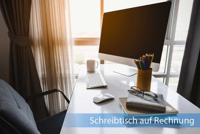 Hölzerner Schreibtisch auf Rechnung neben Fenster