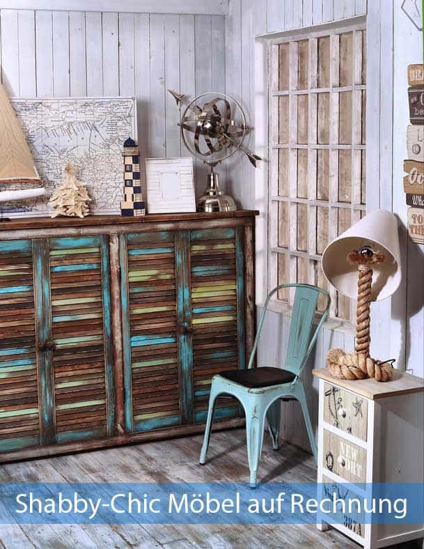 Shabby Chic Möbel auf Rechnung in gemütlichem Zimmer mit Parkett