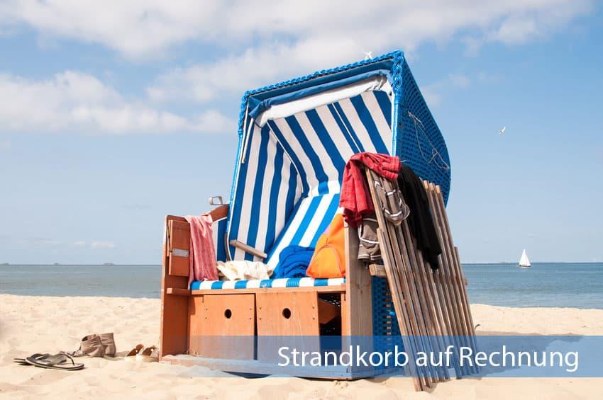 Strandkorb auf Rechnung in blau-weißem Design am Strand
