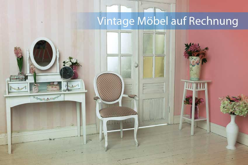 Vintage Möbel auf Rechnung in gemütlichem Zimmer mit hellem Holzboden und Rot-Pastellfarbener Wand